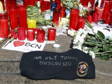 """Detalle de una camiseta de la Brigada Móvil de los Mossos d'Esquadra con la frase """"Ya los tenemos. Descansad"""""""