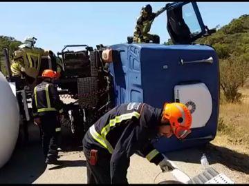 Vuelca un camión cisterna en la carretera Nacional de Zaragoza