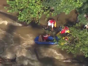 Los servicios de emergencia rescatan a un hombre por la subida de un río en Pensilvania