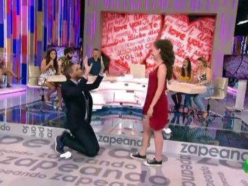 Momentazo del día: Frank Blanco le planta un beso en directo a una chica del público en 'Zapeando'