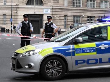 Miembros de la Policía colocan un perímetro de seguridad en el Parlamento británico