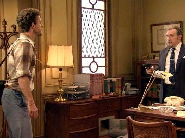 Javier sorprende a su padre gestionando el secuestro de la redacción