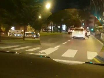 Un taxista de Gijón lleva a su cliente a la comisaría colgado de la ventanilla por negarse a pagar la carrera