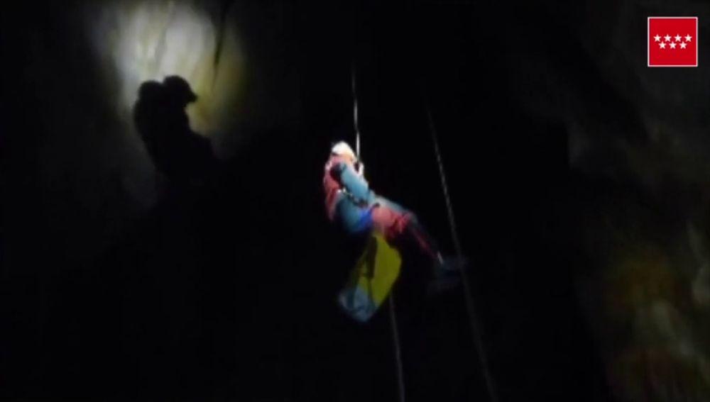 Bomberos de la Comunidad de Madrid participan en un proyecto para investigar el comportamiento de los gases en cuevas