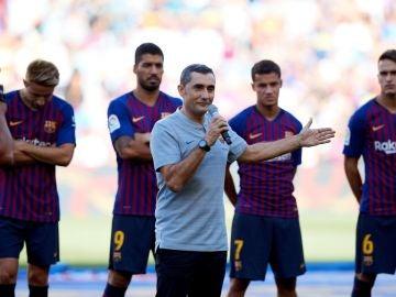 Ernesto Valverde habla ante la afición en el Camp Nou