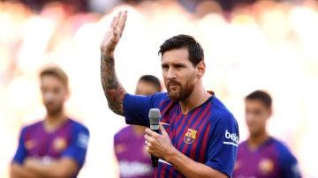 Messi se dirige a los aficionados