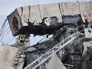 Miembros de los servicios de rescate trabajan en la búsqueda de víctimas tras el derrumbe