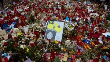 El mosaico de Miró de la Rambla lleno de flores en recuerdo de las víctimas