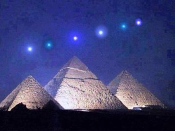 Los planetas alineados sobre las pirámides