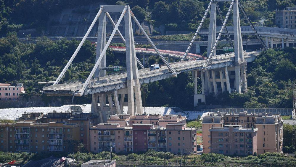 Vehículos permanecen sobre una sección de un puente que continúa en pie