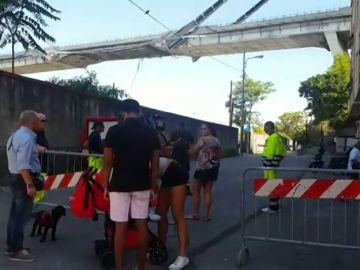 Decenas de personas se acercan al barrio bajo el viaducto de Génova para poder recuperar algunos senseres