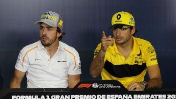 Fernando Alonso y Carlos Sainz, durante una rueda de prensa
