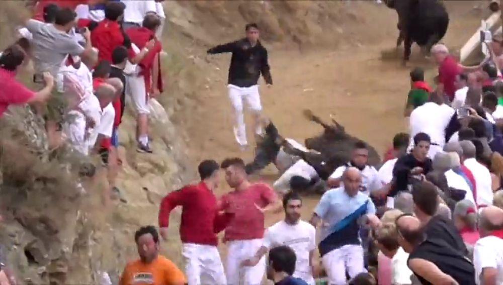 Una vaca cae de forma violenta sobre varios mozos en un encierro de Navarra
