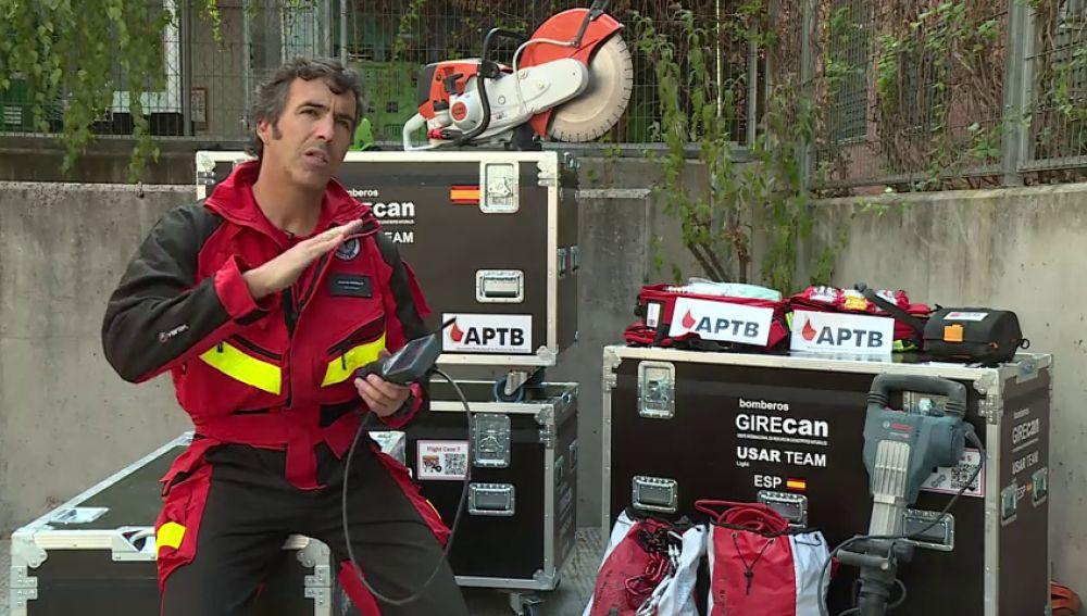 Miembros del equipo de bomberos Girecan aclaran las técnicas que llevan a cabo en el derrumbe del puente de Génova