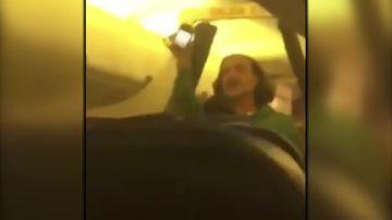 El momento en que desalojan a Alejandro Fernández de un avión