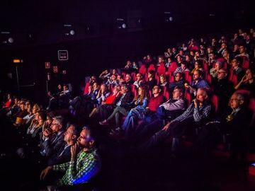 Decenas de personas en una sala de cine