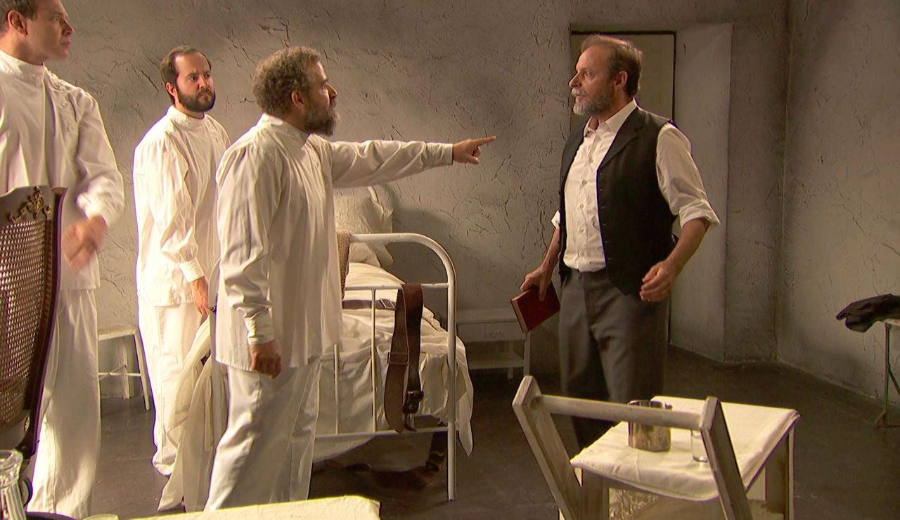 Raimundo se enfrenta a los trabajadores del sanatorio
