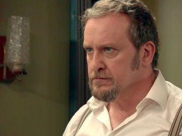 Ernesto escucha su propia sentencia por la radio en boca de Carvajal