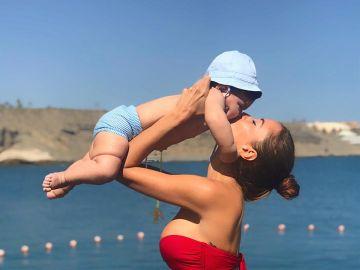 Aurah Ruiz junto a su hijo Nyan