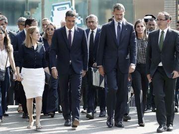 Los Reyes a su llegada a la plaza de Catalunya para presidir los actos de homenaje