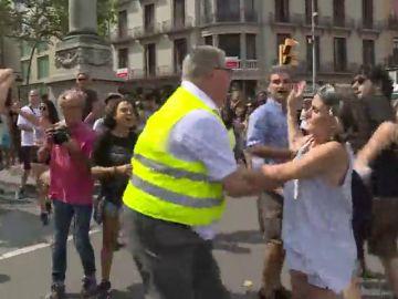 Tensión entre unionistas e independentistas en Plaza de Cataluña tras el acto de homenaje a las víctimas
