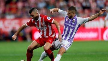 Borja Garcia y Keko Gontán pelean por la posesión del balón