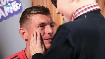 """El tierno momento de Kroos con un niño invidente: """"Claro, soy feliz porque estoy contigo"""""""