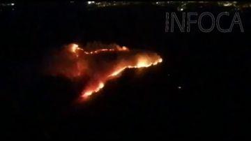 Un centenar de bomberos luchan contra el complicado incendio en Tarifa
