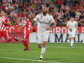 Benzema celebra su gol de penalti contra el Girona