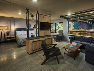 El interior de una habitación del hotel cervecería DogHouse