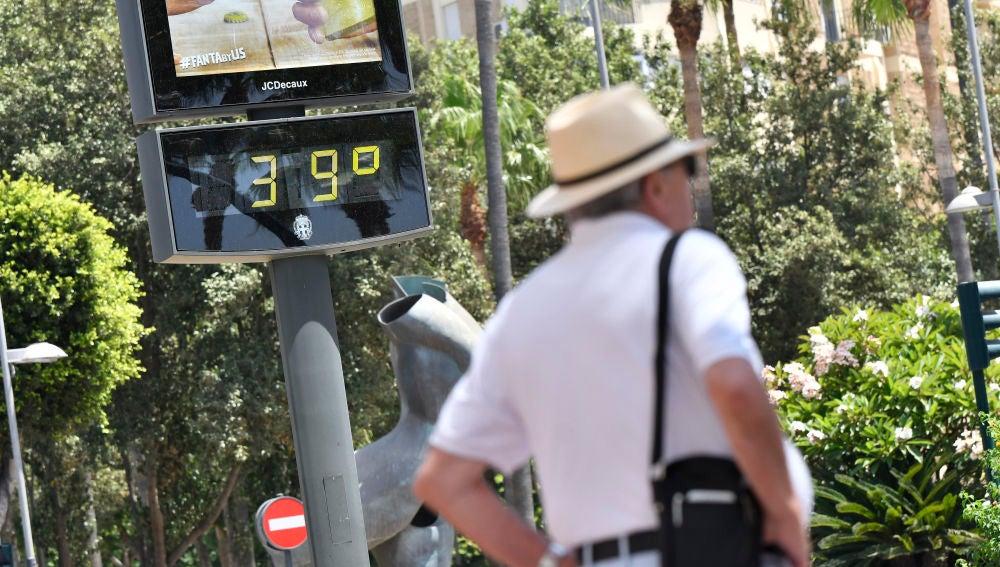 Un termómetro marca 39 grados en el centro de Almería.