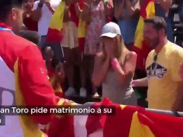 Cristian Toro pide matrimonio a su novia nada más bajar del podio en el Mundial