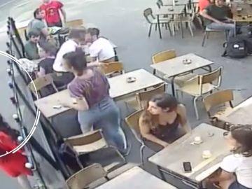 Detenido el chico que agredió a una joven en una cafetería de París