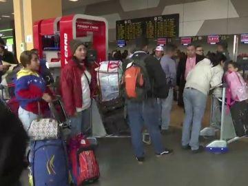 Grupo de venezolanos regresa a su país desde Perú en avión enviado por Maduro