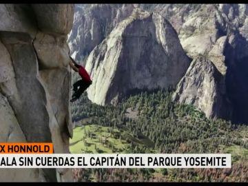 El escalador Alex Honnold escala sin cuerdas El Capitán de Yosemite