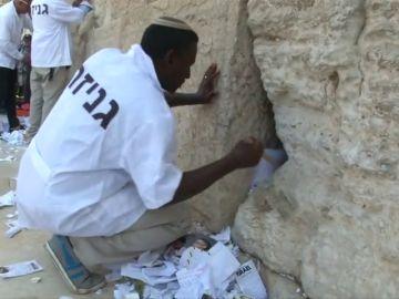 Retiran las miles de oraciones del Muro de las Lamentaciones