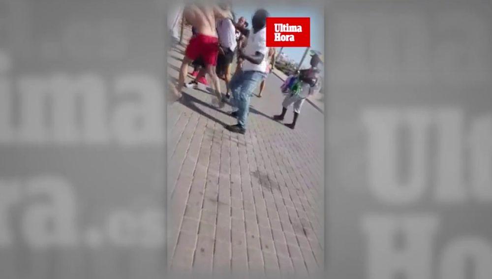 Vendedores ambulantes y turistas alemanes se pelean en la playa de Palma