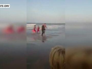 Detienen a un hombre por negarse a salir de la playa con bandera roja en Daimús