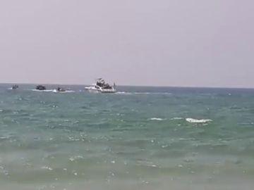 Rescatados 44 inmigrantes subsaharianos, entre ellos 14 mujeres y una niña, de una patera frente a una playa de Conil