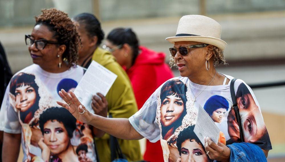 Miles de fans despiden a Aretha Franklin en su capilla ardiente en Detroit
