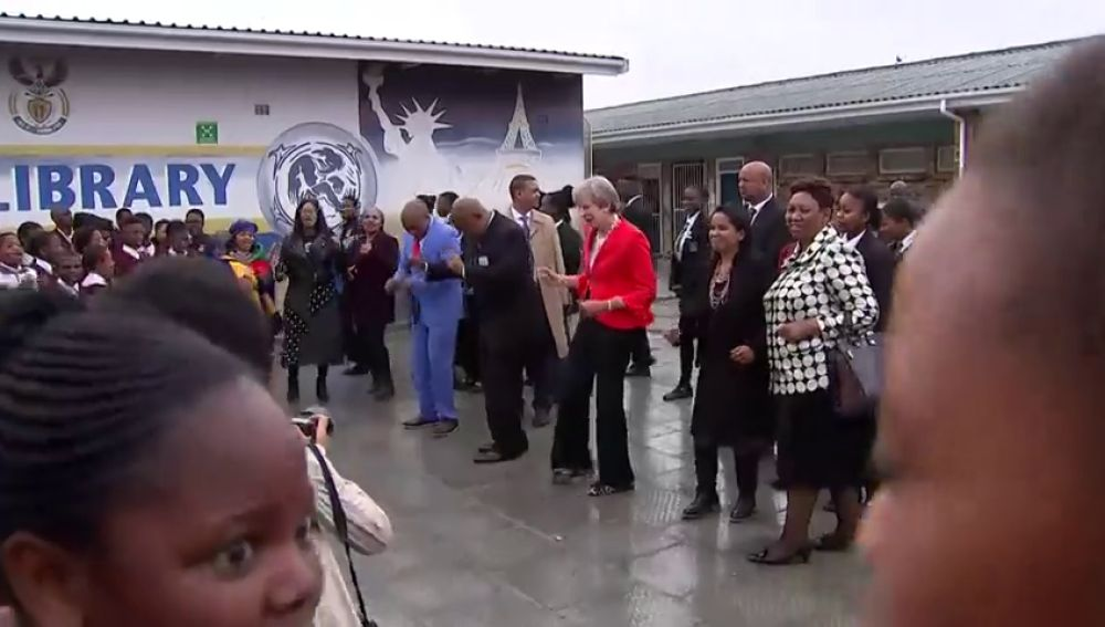 Theresa May se pone a bailar durante una visita oficial en Sudáfrica