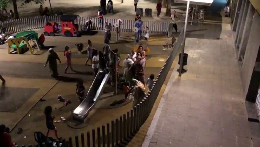 Graban una pelea entre varias vecinas en un parque infantil del Raval de Barcelona