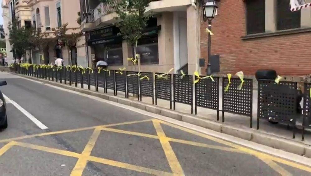 Los vecinos de Alella vuelven a colocar lazos amarillos después de que Rivera y Arrimadas los quitaran