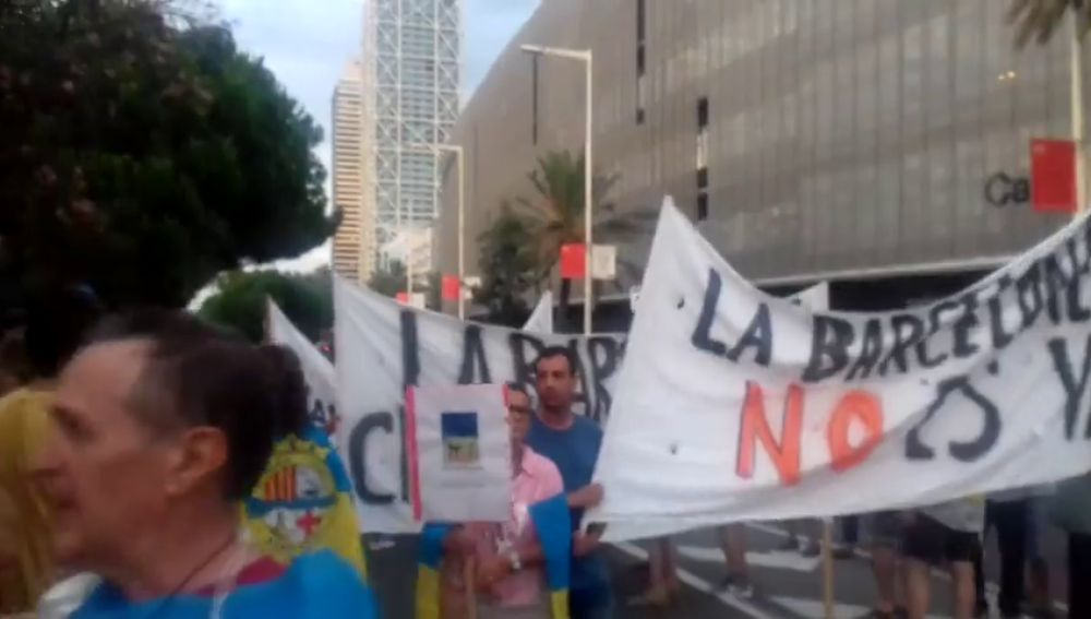 Los vecinos de la Barceloneta exigen medidas contra el incivismo y la inseguridad fruto de la masificación turística