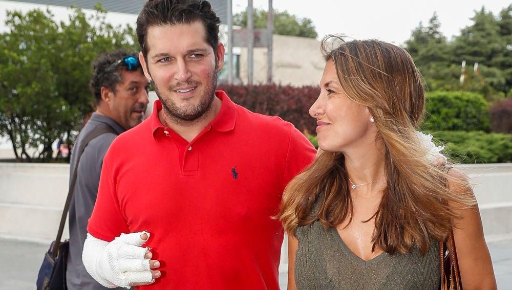 Manu Tenorio y su mujer, Silvia Casas, abandonando el hospital