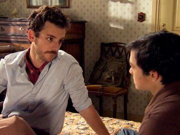 Javier consuela a David apelando a la relación con su padre