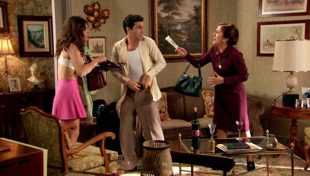Pía pilla a Ignacio y María intentado tener sexo