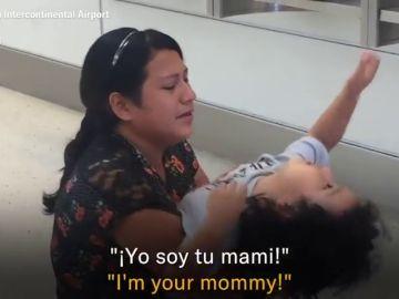 Las desgarradoras imágenes de un niño que no reconoce a su madre tras tres meses separados por la política migratoria de Trump