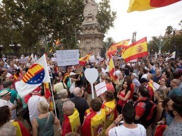 Concentración de apoyo a la mujer agredida cuando retiraba lazos amarillos en Barcelona