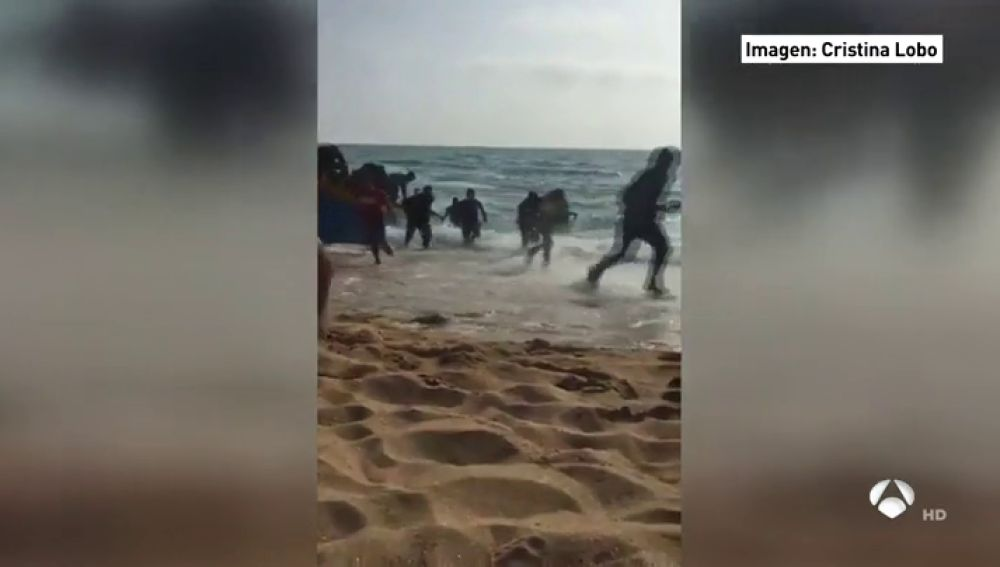Una patera con decenas de menores de edad desembarca en la playa de Conil de la Frontera
